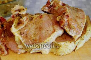 Перед жаркой мясо вынуть из маринада, оставить лук в маринаде.