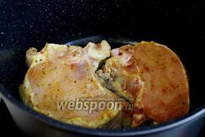 Разогреть сковороду или казан — так меньше брызг — до максимальной мощности и обжарить мясо минуты 2-3 попарно до образования румяной корочки.
