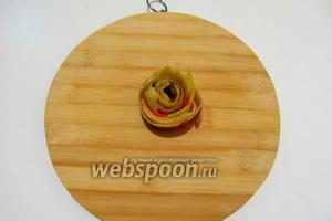С яблок овощечисткой срезаем кожицу и мякоть тоненькими ленточками формируем завитушки.