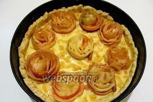 Заполняем яблочными завитушками всю поверхность пирога, сверху посыпаем сахаром и корицей, а затем отправляем в горячую духовку до запекания при температуре 180°C.