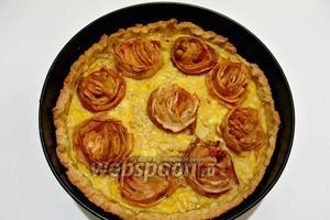 Пирог с яблоками готов. После остывания украшаем тёртым шоколадом, сахарной пудрой и наслаждаемся вкусом.