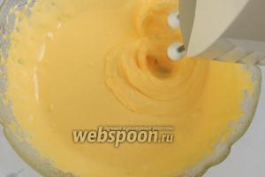 Взбиваем желтки с сахаром около 3 минут. Масса должны сильно посветлеть и стать густой и пышной.