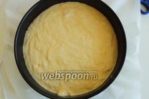 Даже если где-то будет попадаться белок — это не страшно. Духовка уже давно разогрета до 180°С. Как только перелили тесто в форму, сразу ставим его выпекаться около 25 минут. В конце делаем пробу на сухую палочку.