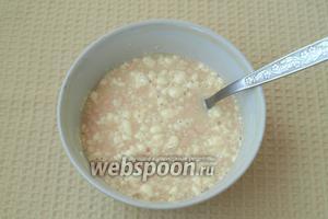 В тёплую воду раскрошить дрожжи, добавить 2 ст. л. муки и 50 г сахара, хорошо перемешать.