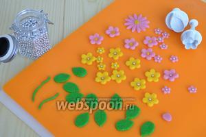 За сутки я приготовить декор, используя готовый марципан и красители, получила нужные цвета. Нарезать плунжерами цветочки, украсить карамельными бусинами. Вырезать листики.