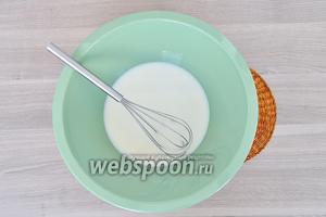 В тёплое молоко всыпать сахар и соль, перемешать, чтобы сахар растворился.