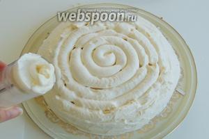 Перед самой подачей торта украсим карамельными треугольниками. Я остудила треугольники в морозилке, так они лучше держат форму. Карамельный торт готов к угощению. Приятного аппетита!