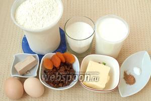 Для приготовления куличей нам понадобится кислое молоко, мука, сахар, свежие дрожжи, сливочное масло, яйца, ванилин, корица, изюм и курага (4-5 штук).
