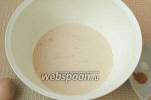Подогреть немного кислое молоко и раскрошить в него дрожжи. Добавить 1 ч. л. сахара и пару столовых ложек муки, перемешать и оставить на 1 час.
