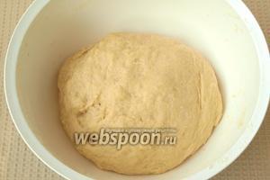 Постепенно подсыпать муку и замесить мягкое и гладкое тесто.