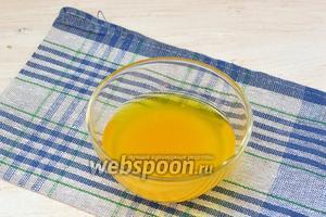 Желе залить водой (60 мл). Довести на водяной бане до растворения желатина. Охладить до комнатной температуры.