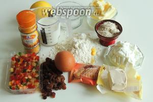 Подготовим ингредиенты: муку, яйца, свежие дрожжи, творог, молоко, масло сливочное комнатной температуры, цукаты и изюм, рaзрыхлитель, куркуму, солод, лимон, сахар и сахарную пудру.