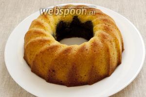 Выпекать кекс при 180°C в течение 45 минут. Вынуть из духовки. Дать постоять немного. Вынуть из формы. Остудить.