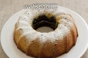 Посыпать кекс сахарной пудрой.
