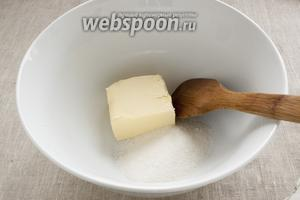 Размягчённое сливочное масло и сахар поместить в просторную миску. Мак параллельно залить кипятком. Накрыть. Оставить в стороне. Пусть набухает.