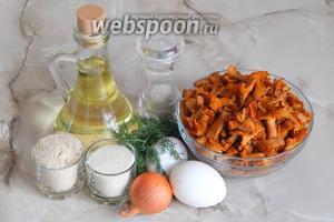 Для приготовления котлет из лисичек нам понадобятся лисички (у меня предварительно отваренные и замороженные, но если у вас свежие, не забудьте их отварить), яйца куриные, лук репчатый, манка, сухари панировочные, свежий укроп, масло растительное для жарки и соль.