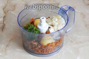 Вначале будем готовить грибной фарш. Для этого измельчим через мясорубку или (как в моем случае) в комбайне лисички, лук (очистить и нарезать), измельчённый укроп, яйца и соль (по вкусу).