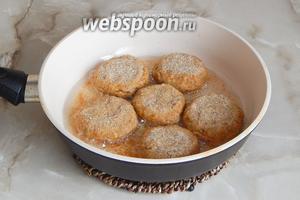 Разогреваем в сковороде масло и обжариваем в нём котлетки с двух сторон (с каждой около 7-8 минут).