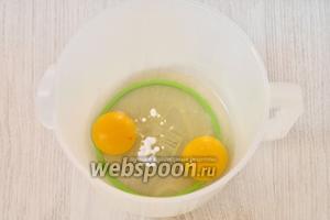 Чтобы приготовить тесто берём глубокую ёмкость и вбиваем в неё 2 куриных яйца. Кладём соду и ванилин.