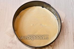 Разливаем тесто в форму для запекания. В рецепте использовалась форма диаметром 25 сантиметров.
