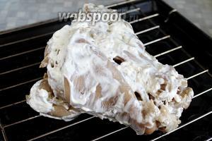 Уложить на решётку и поставить в нагретую до максимума — у меня 250 ºC — духовку. Включить гриль.