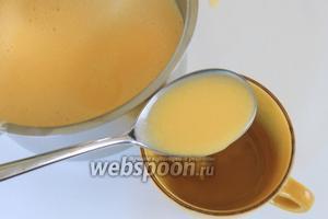 В разведённый желатин кладём 3-4 ст. л. шоколадно-яичной массы и перемешаем.