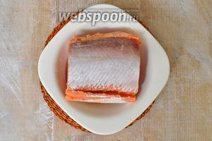С рыбы удалить кожу и кости.
