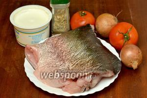 Для приготовления рыбы нам понадобится филе толстолобика, репчатый лук, помидоры, сметана, сыр, приправа для рыбы, соль.