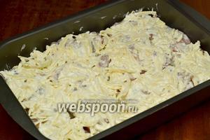 Покрываем сырно-сметанной массой рыбу и ставим запекать в духовку при температуре 180°C на полчаса.