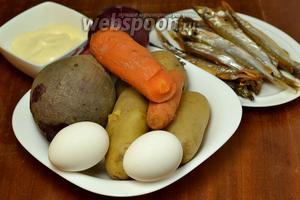 Для приготовления салата нам понадобятся заранее сваренные в кожуре овощи (свекла, картофель, морковь), копчёная мойва, варёные яйца, сладкий салатный лук, майонез.
