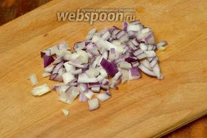 Сладкий лук режем очень мелко. Если используется обычный репчатый, то его лучше обдать кипятком, чтобы удалить излишнюю горечь.