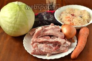 Для приготовления бигоса нам понадобится свежая и квашеная капуста, свиные рёбрышки, лук, морковь, чернослив, лавровый лист, соль, перец.