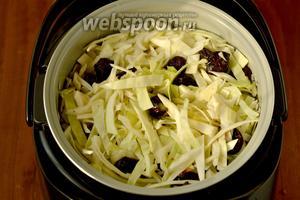 Смешиваем свежую капусту с вымытым черносливом, выкладываем её в чашу мультиварки, добавляем соль, перец и 200 мл воды. Включаем программу «Тушение» на 2 часа.