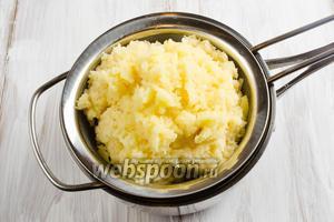 Картофель вымыть, очистить, натереть на тёрке. Картофельную массу выложить на сито, чтобы лишний сок стёк, остатки отжать.
