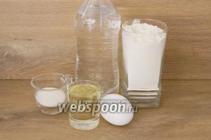 Для приготовления теста на вареники возьмём сильногазированную воду, яйцо, муку, масло подсолнечное, сахар, соль.