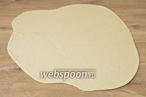 Раскатываем в тонкий пласт 2-3 мм толщиной.