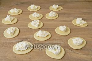 В каждый круг выкладываем сырную начинку.