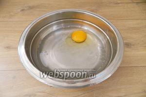 В глубокую миску вливаем газированную воду, вбиваем яйцо.