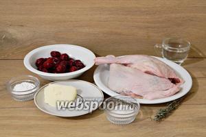 Для приготовления утки с вишней возьмём утиные ножки, вишню замороженную, тимьян, масло сливочное, воду, крахмал, сахар, соль, перец.