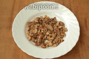 Измельчить грибы. Для этого салата можно использовать любые маринованные грибы, у меня рядовки домашнего приготовления, но отлично подойдут шампиньоны.