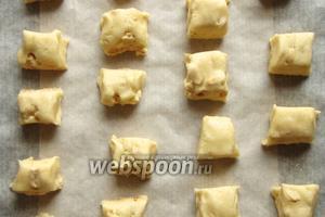 Изделия выкладываем на пекарскую бумагу и ставим в духовку 180°C на 20-25 минут.