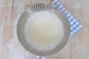 Добавить сгущённое молоко, сметану и ванилин.