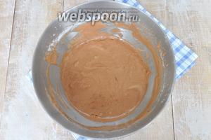 Всыпать в яичную смесь и добавить соду погашенную уксусом, перемешать.