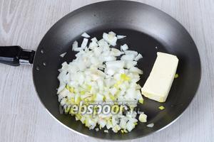 На сковороде обжариваем нарезанный кубиками репчатый лук со сливочным маслом. Обжариваем буквально 5 минут до золотистого цвета.