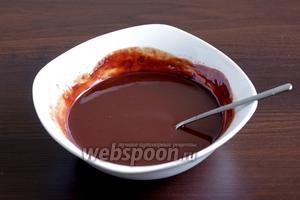 Половину шоколада расплавить со сливками в микроволновке или на водяной бане. Достаточно просто залить шоколад горячими сливками.