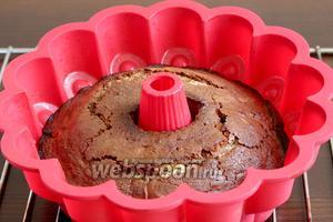 Готовый кекс остудить в форме, а затем извлечь, перевернув на блюдо. Полученные трещинки будут не видны.