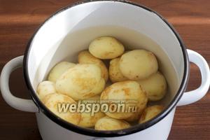 Мелкий молодой картофель тщательно промыть щёткой или очистить. Я люблю молодой картофель не очищать до конца, мне нравится его тонкая кожица. Залить водой, посолить и поставить варить до готовности.