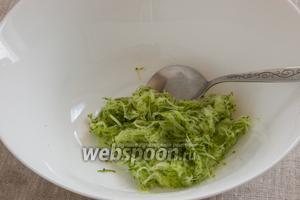 Огурец промыть, срезать шкурку, если она жёсткая. Натереть огурец на мелкой тёрке, не сильно отжать и удалить лишний огуречный сок.