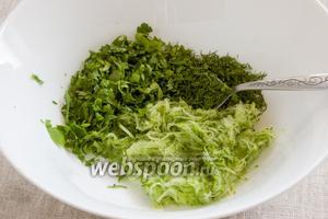 Вымыть петрушку и укроп, стряхнуть воду, зелень мелко нарезать. Добавить к натёртому огурцу.