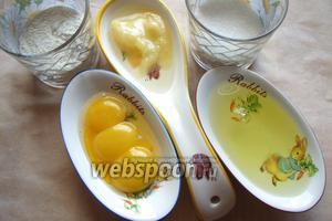 Для приготовления бисквита нам понадобится: мука, сахар, яйца комнатной температуры, мёд и вода.